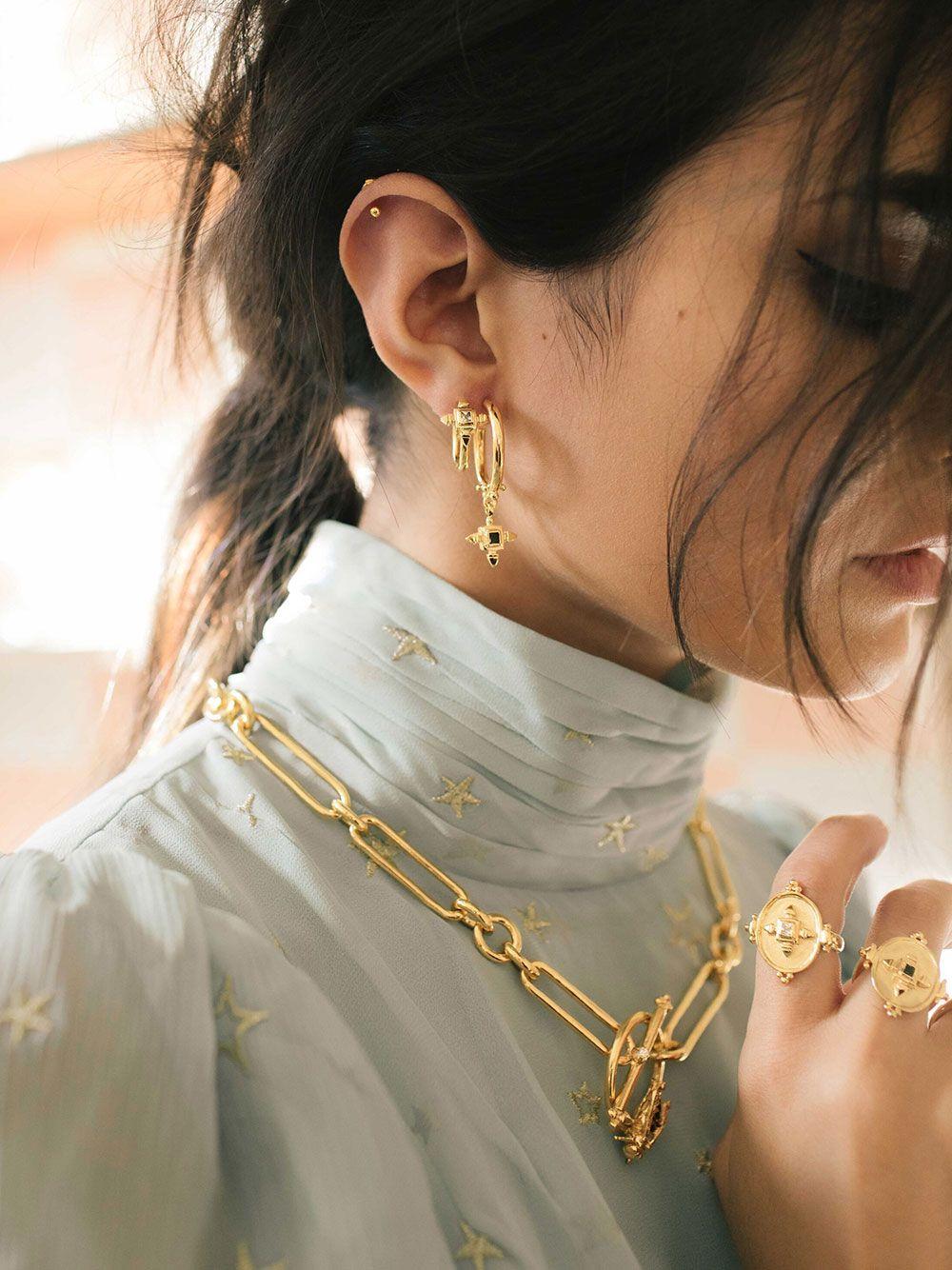 Argola Dourada com Pendente Preto | Carolina Curado