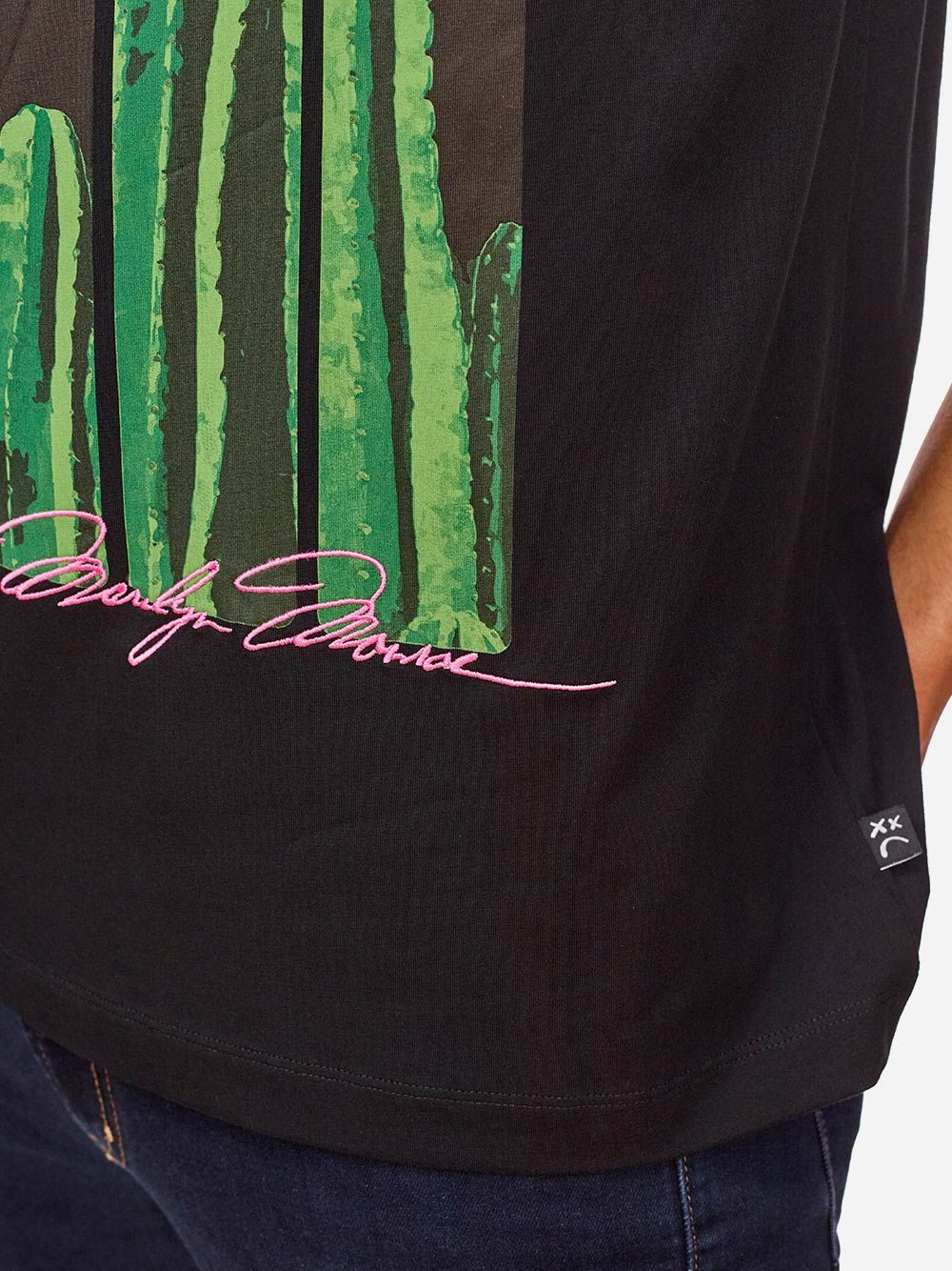 T-Shirt Preta com Estampado | AMBITIOUS